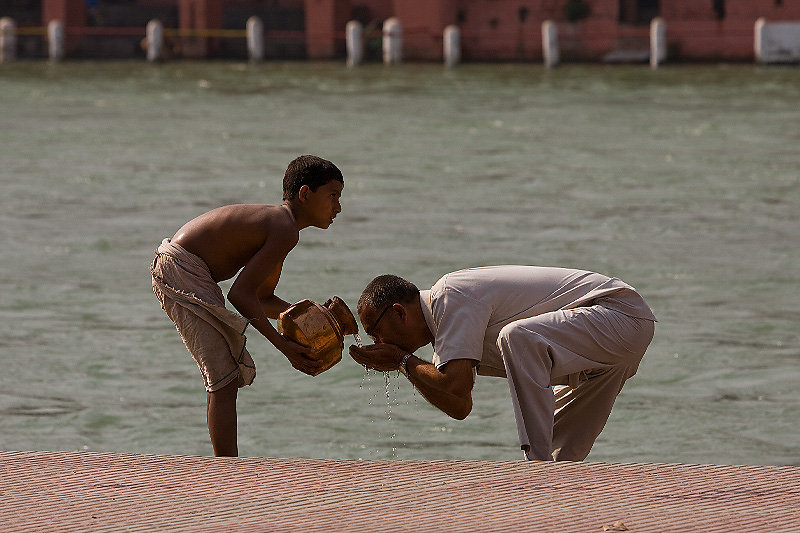 haridwar-drinkingwaterfromtheganga-kumbhmela2010.jpg