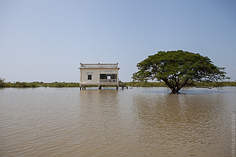 Lake Tonle Sap - Comunityhous